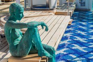 Skulptur am Pool von MS Europa