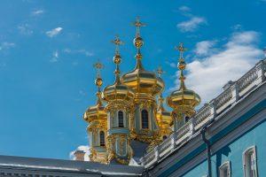 Die Kuppeln der Kapelle im Katharinenpalast