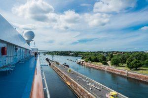 MS Europa in einer Schleuse des Nord-Ostsee-Kanals