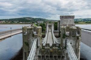 Zugbrücke in Blick auf die Türme von Conwy Castle in Wales
