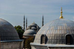 Kuppeln in Istanbul mit Blauer Moschee
