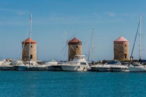 Windmühlen am Hafen von Rhodos Stadt auf der Insel Rhodos