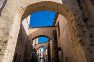 Gasse vor der Kirche Misericordia in St. Tropez