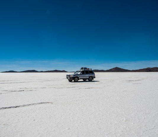 Jeep auf dem Salar de Uyuni