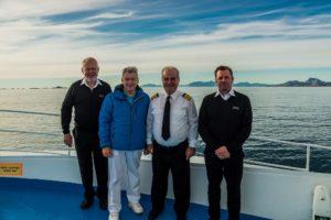 Peter Jurgilewitsch mit dänischen Eislotsen und dem Kapitän von MS Ocean Majesty