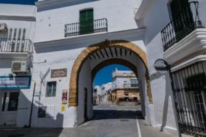 Stadttor in Conil de la Frontera auf der Route der weissen Dörfer