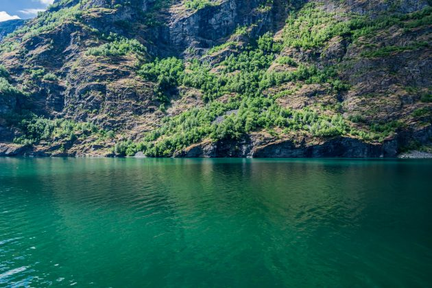 Türkises Wasser und schroffe Ufer im Aurlandsfjord