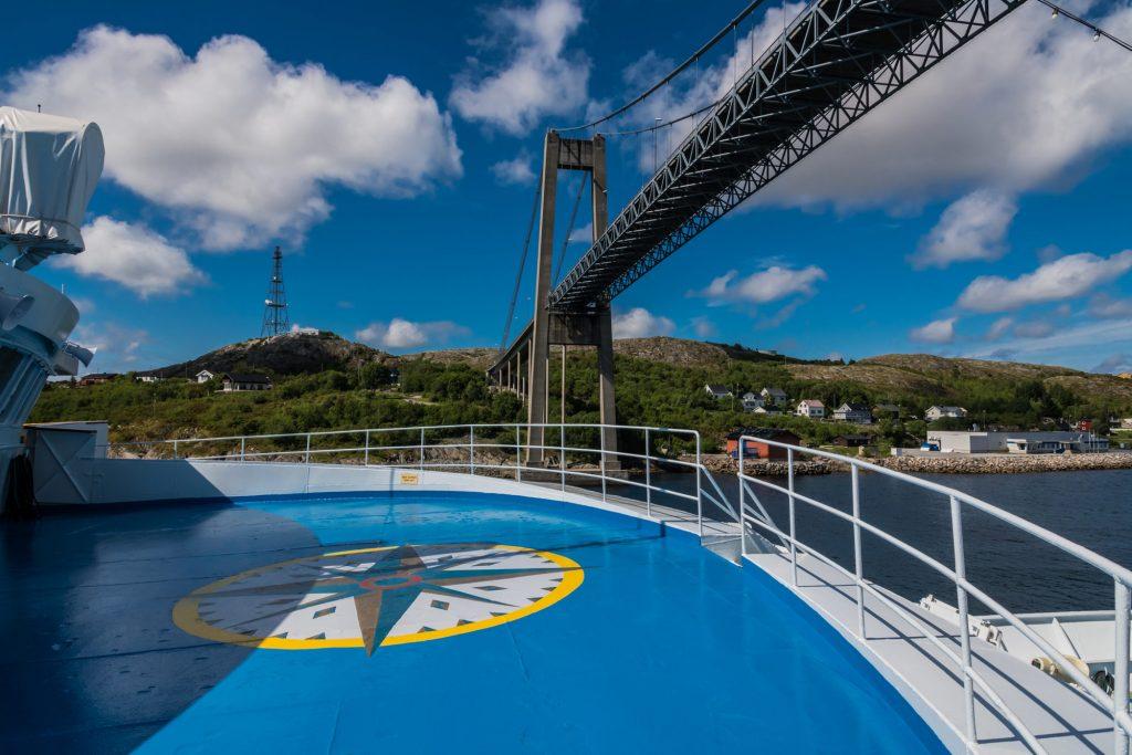 MS Ocean Majesty durchquert die 701 m lange Rörvik Brücke