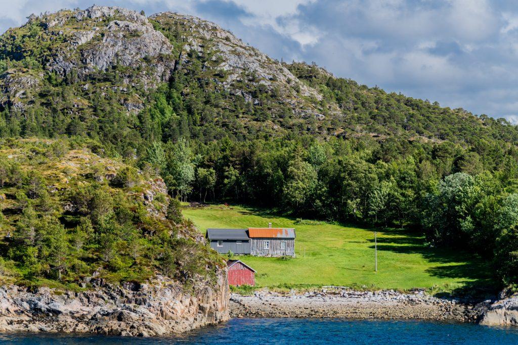 Einsame Fjordhöfe erinnern an frühere Zeiten
