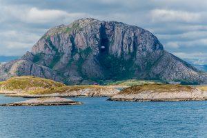 Thorgatten, der Felsen mit dem Loch, ein Wahrzeichen Nordnorwegens