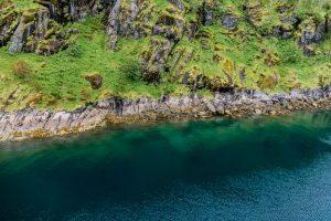 Glasklares Wasser im Trollfjord auf den Lofoten