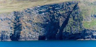 Felsküste der Shetland Inseln