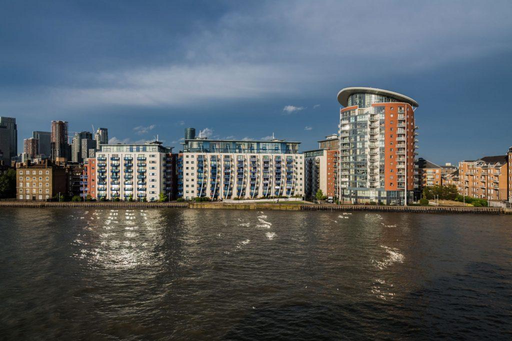 Moderne Wohnhäuser an der Themse