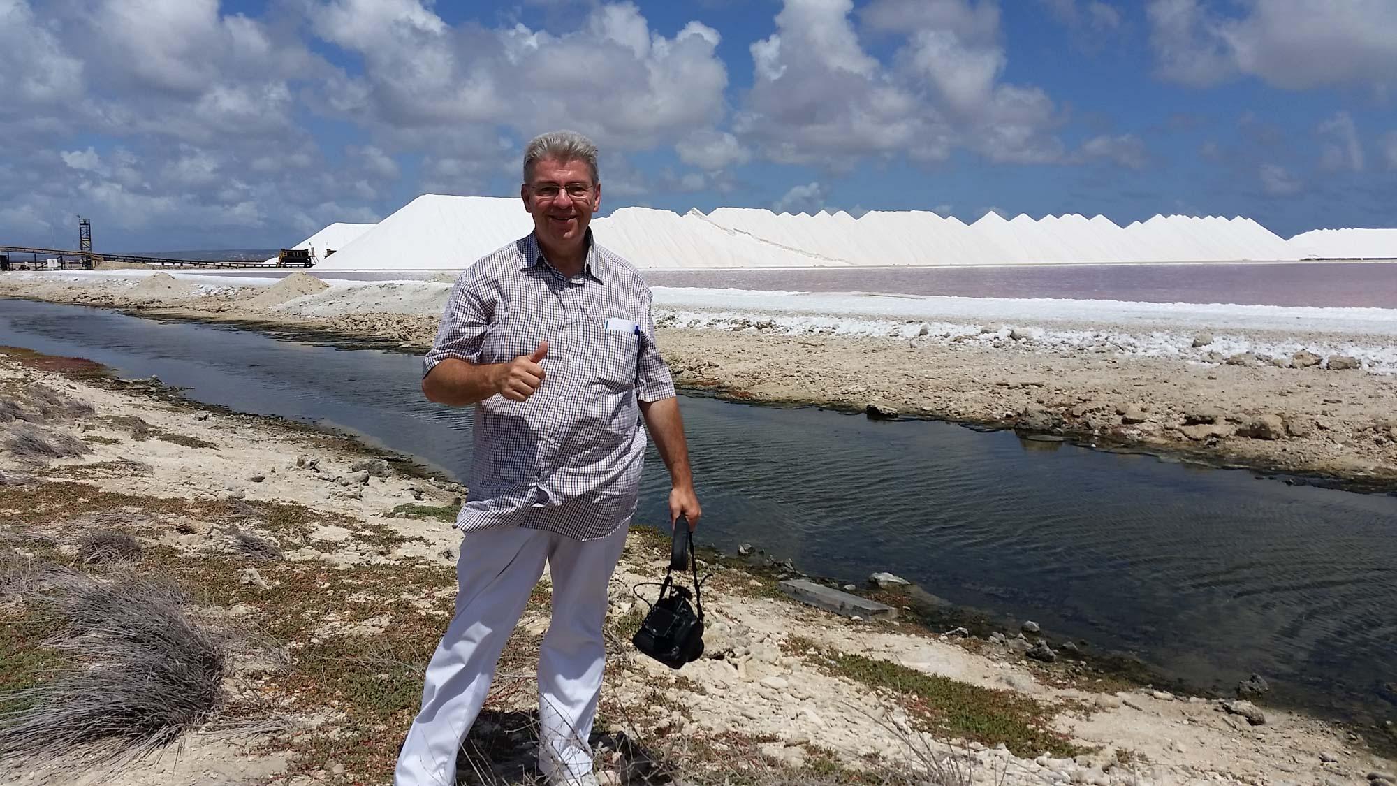 Peter Jurgilewitsch vor einer Saline auf Bonaire auf den Niederländischen Atillen