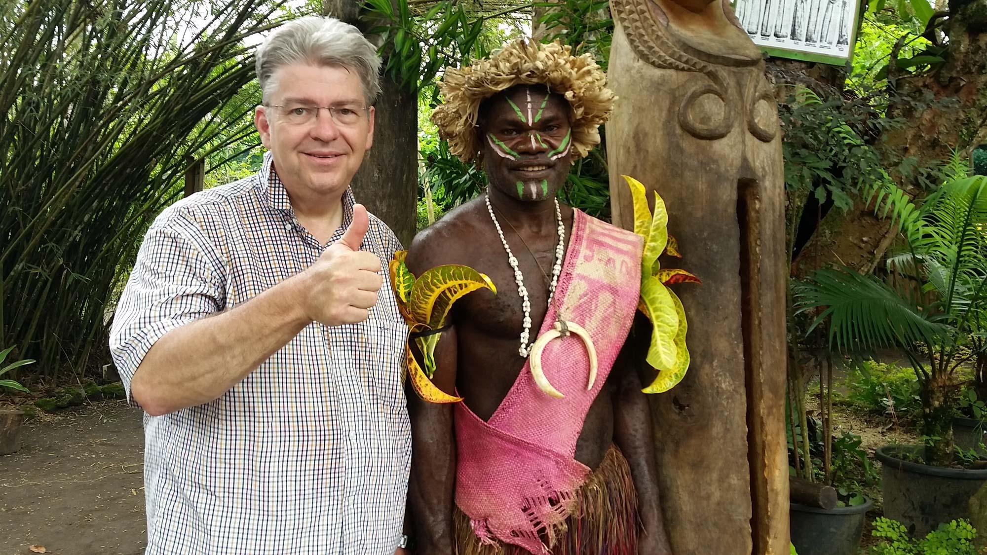 Peter Jurgilewitsch mit einem Stammeshäuptling nahe Port Vila auf Vanuatu