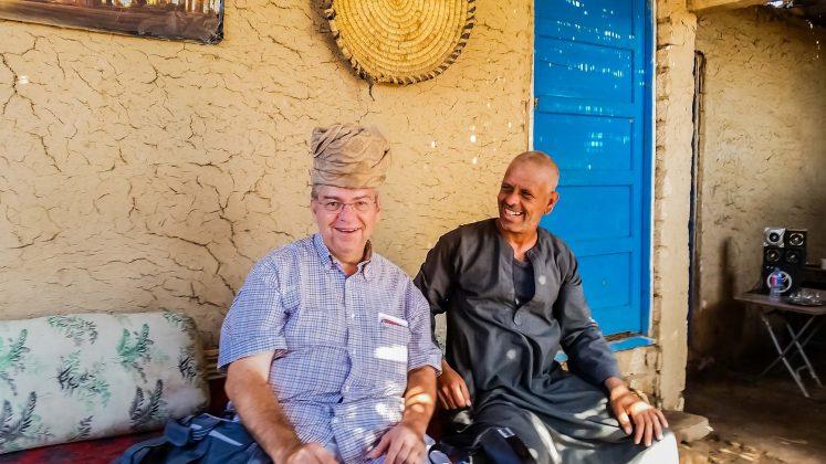 Peter Jurgilewitsch mit einem Fellachen in seinem Haus am Nil in Luxor