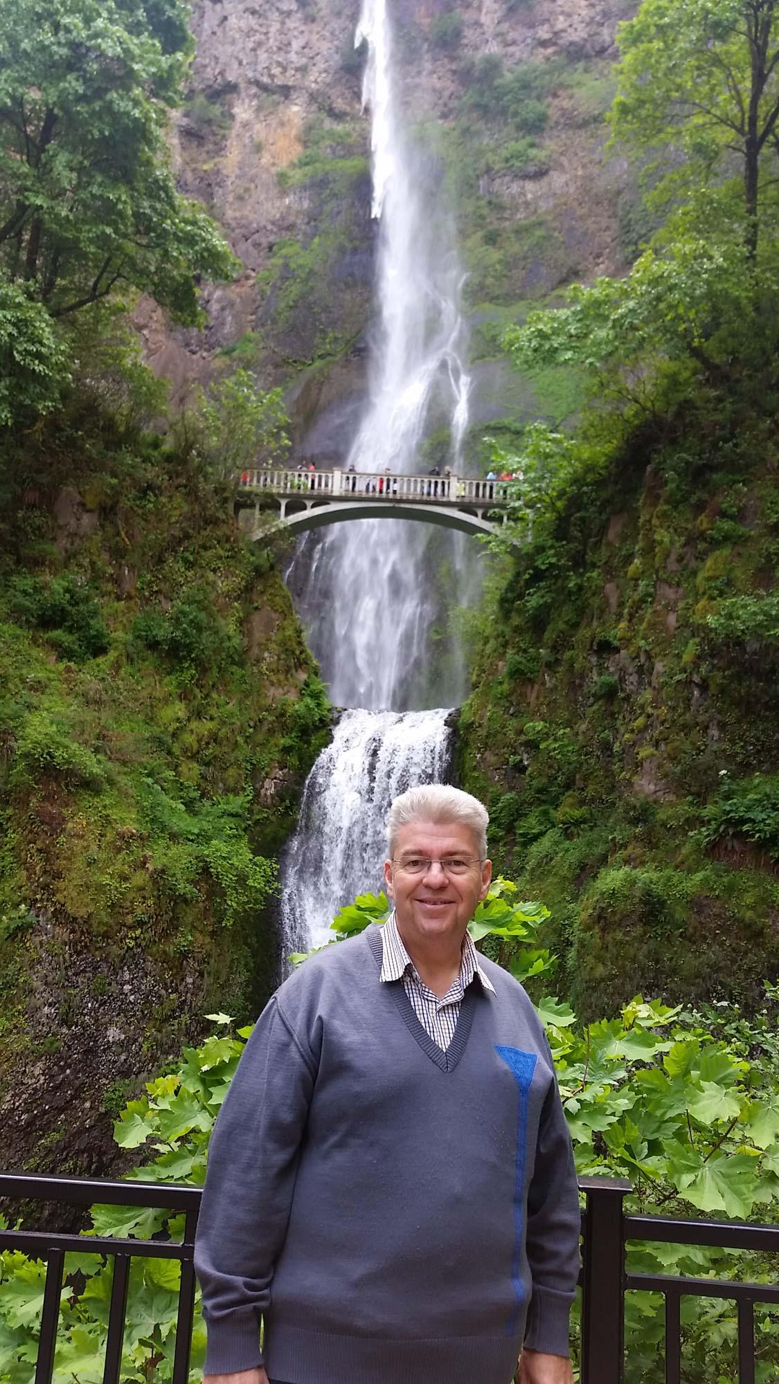 Peter Jurgilewitsch vor den Multnomah Falls(Oregon, USA
