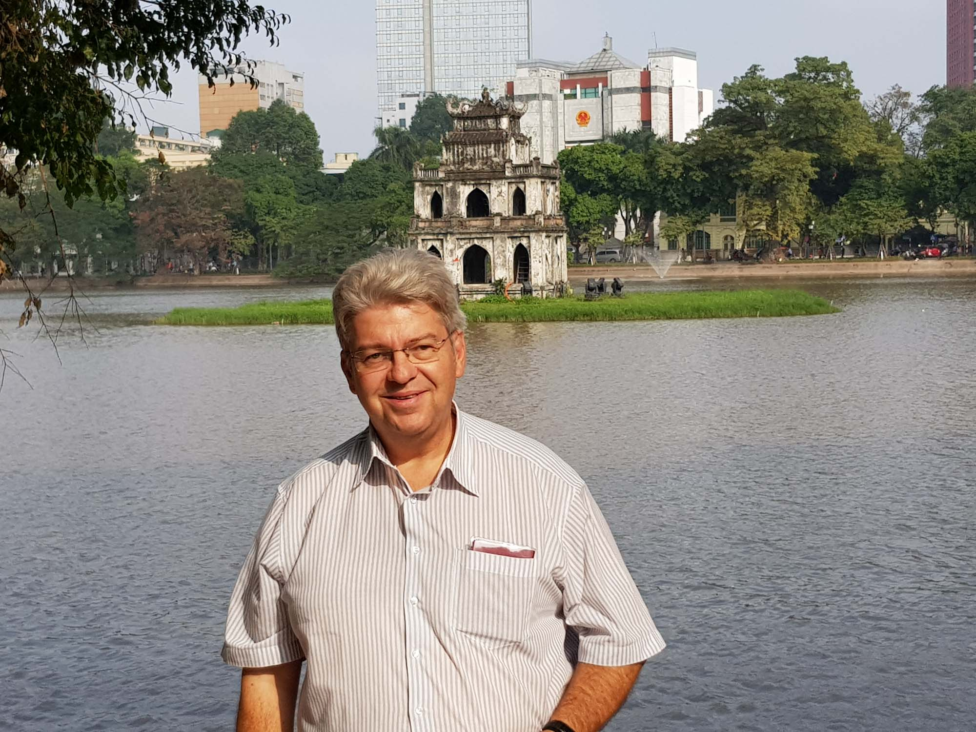 Peter Jurgilewitsch vor der Pagode im Hoan-Kiem-See/Hanoi