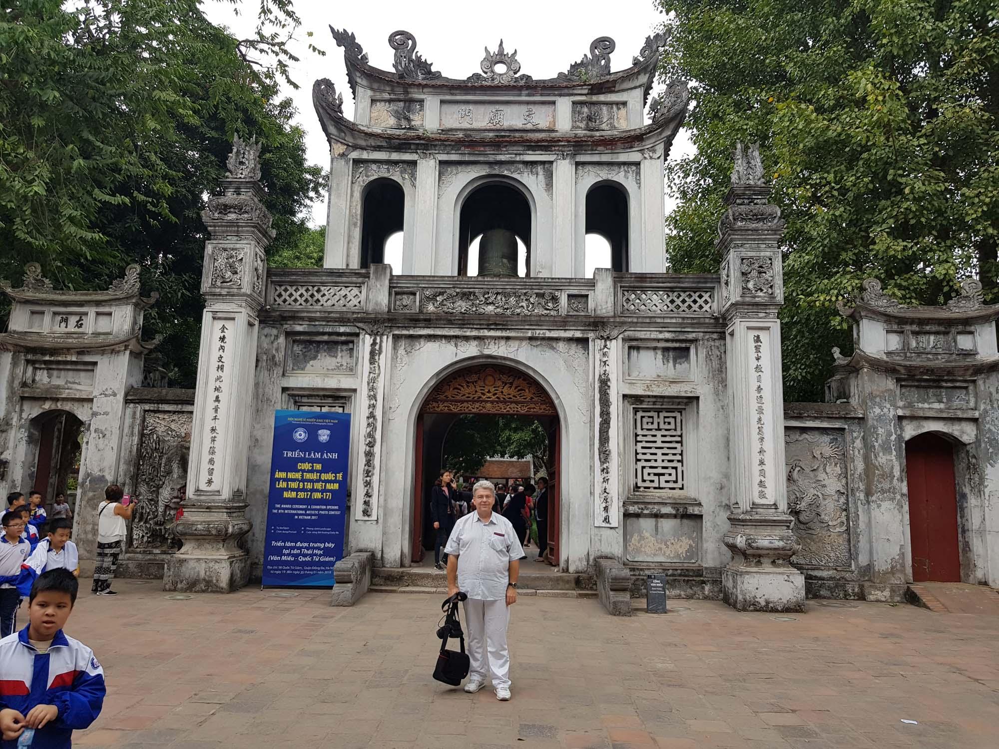 Peter Jurgilewitsch vor dem Literaturtempel in Hanoi