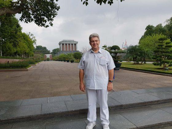 Peter Jurgilewitsch vor dem Mausoleum von Ho Chi Minh in Hanoi