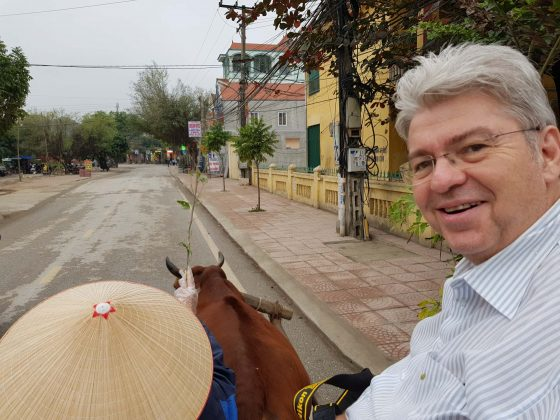 Peter Jurgilewitsch auf einem Ochsenkarren in Ninh Binh/Vietnam