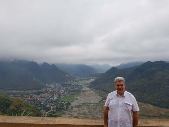 Peter Jurgilewitsch über dem Tal bei Na Tang in Vietnam
