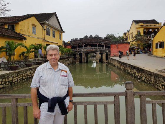 Peter Jurgilewitsch vor der Japanischen Brücke in Hoi An/Vietnam