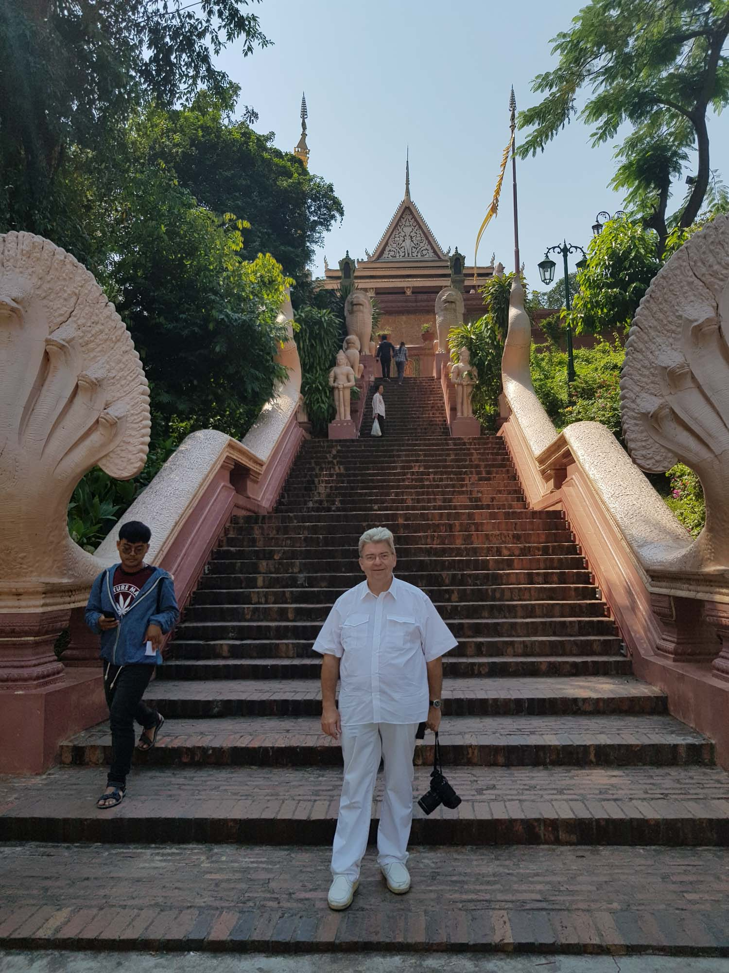 Peter Jurgilewitsch vor dem Wat Phnom in Phom Penh, Kambodscha