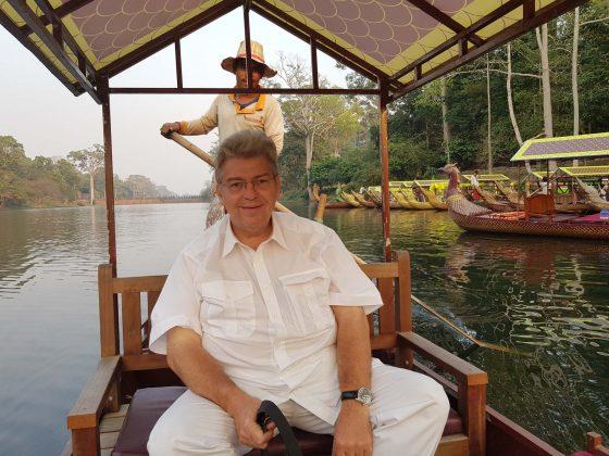 Peter Jurgilewitsch in einem Boot vor der Mauer in Angkor Wat/Kambodscha