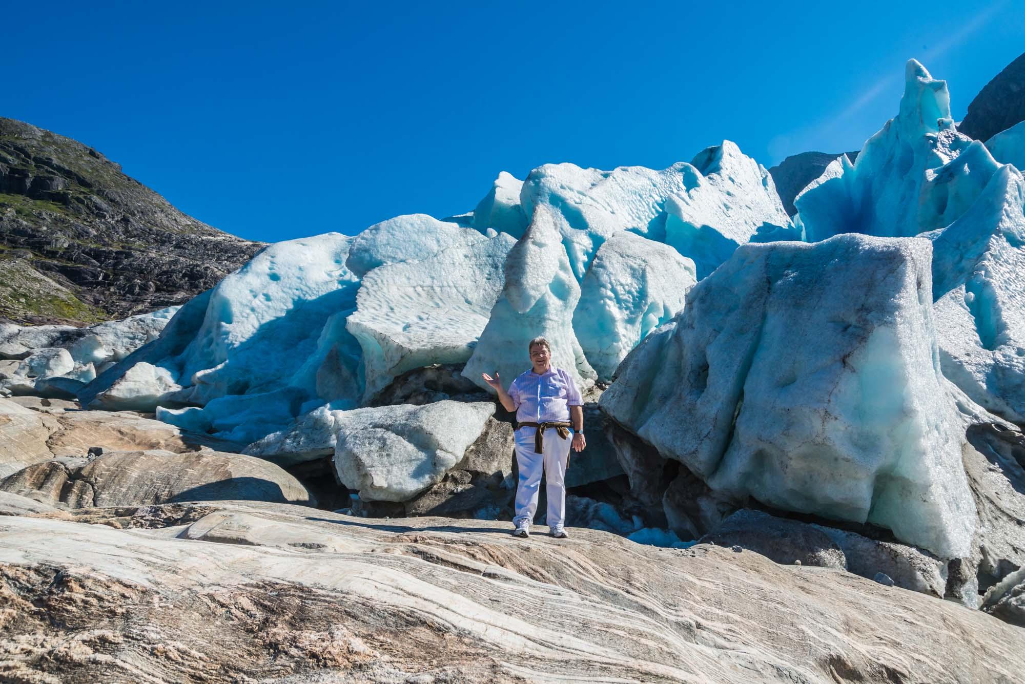Peter Jurgilewitsch vor dem Svartisen Gletscher in Norwegen