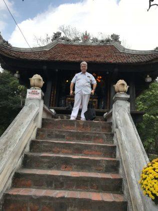 Peter Jurgilewitsch vor der Einpfahlpagode in Hanoi, Vietnam