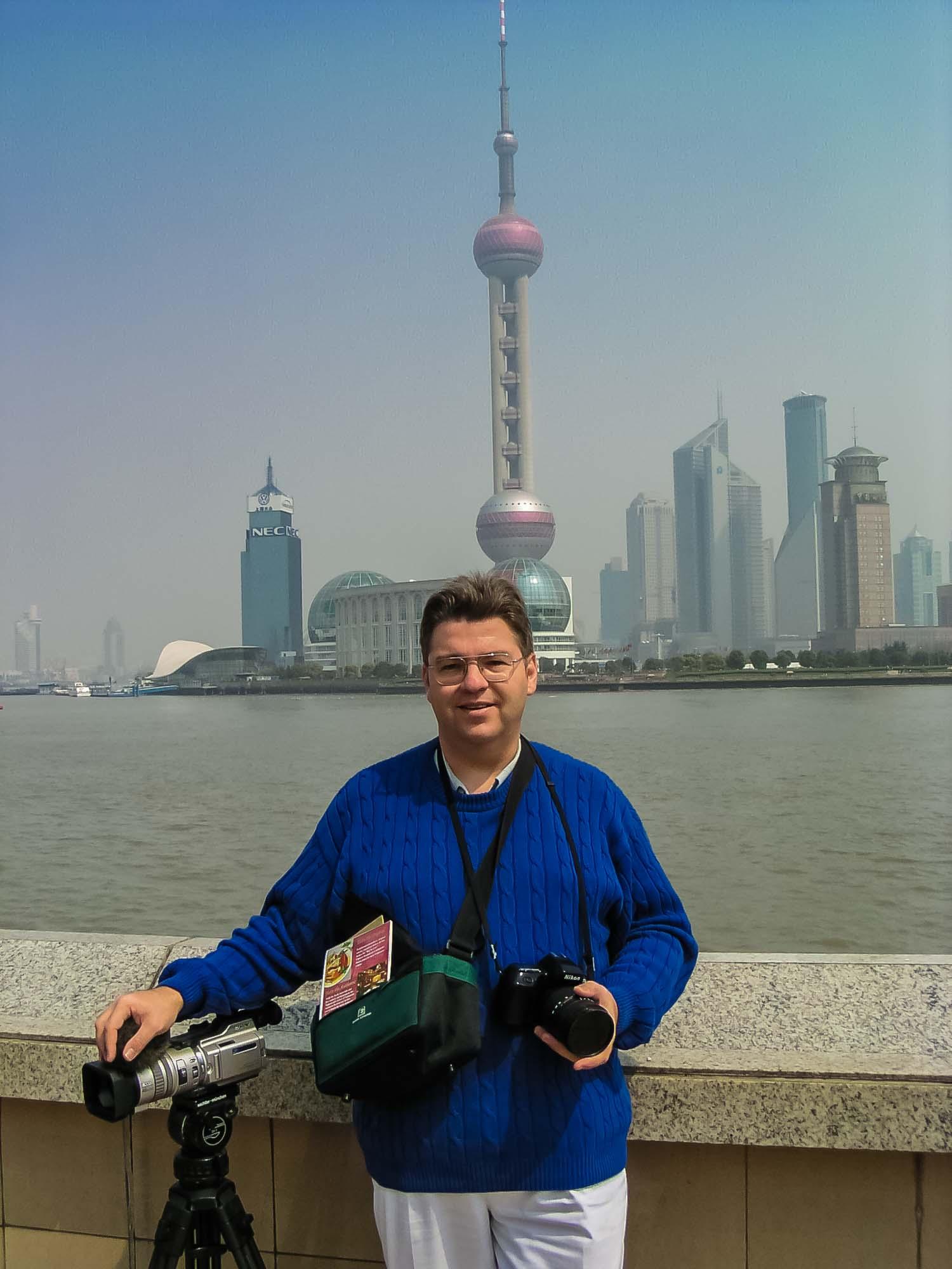 Peter Jurgilewitsch vor der Skyline von Pudong in Shanghai