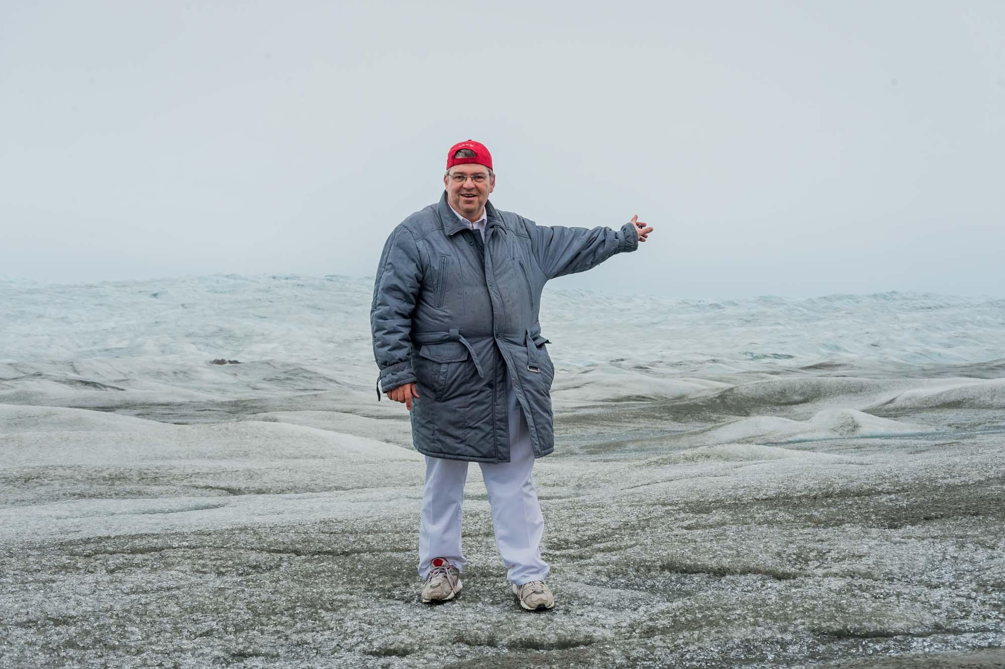 Peter Jurgilewitsch auf dem Inlandeisschild bei Kangerlussuaq auf Grönland