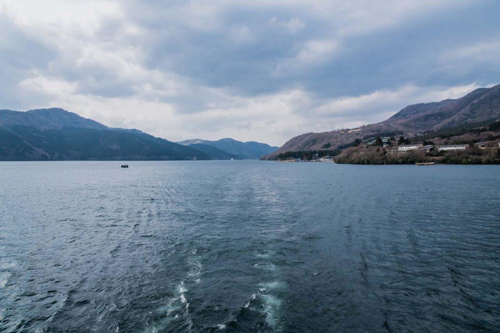 Mit dem Boot auf dem Ashi See