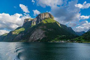 Felsmassiv im Aurlandsfjord in Norwegen