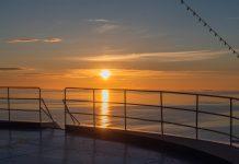 Mitternachtssonne auf einem Kreuzfahrtschiff