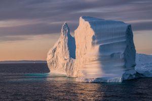 Mitternachtssonne mit Eisberg in Ilulissat