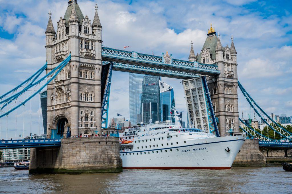 MS Ocean Majesty durchfähret die Towerbridge