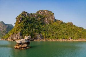 Felsformationen in der Bucht des herabsteigenden Drachen