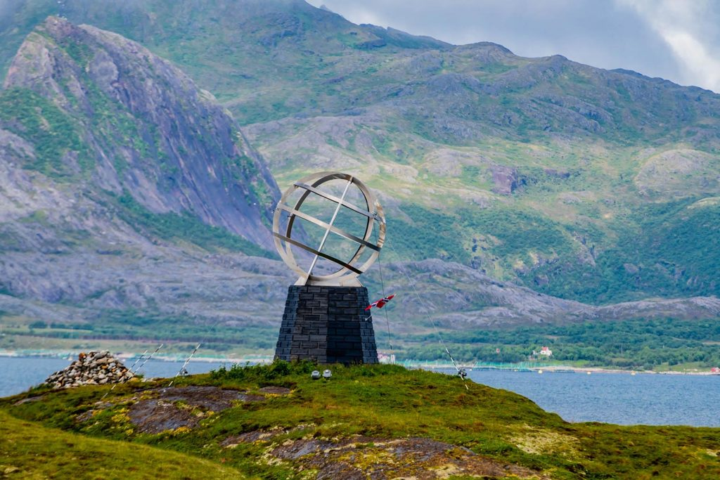 Weltkugel am nördlichen Polarkreis in Norwegen