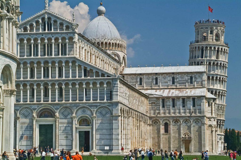 Schiefer Turm von Pisa hinter der Kathedrale
