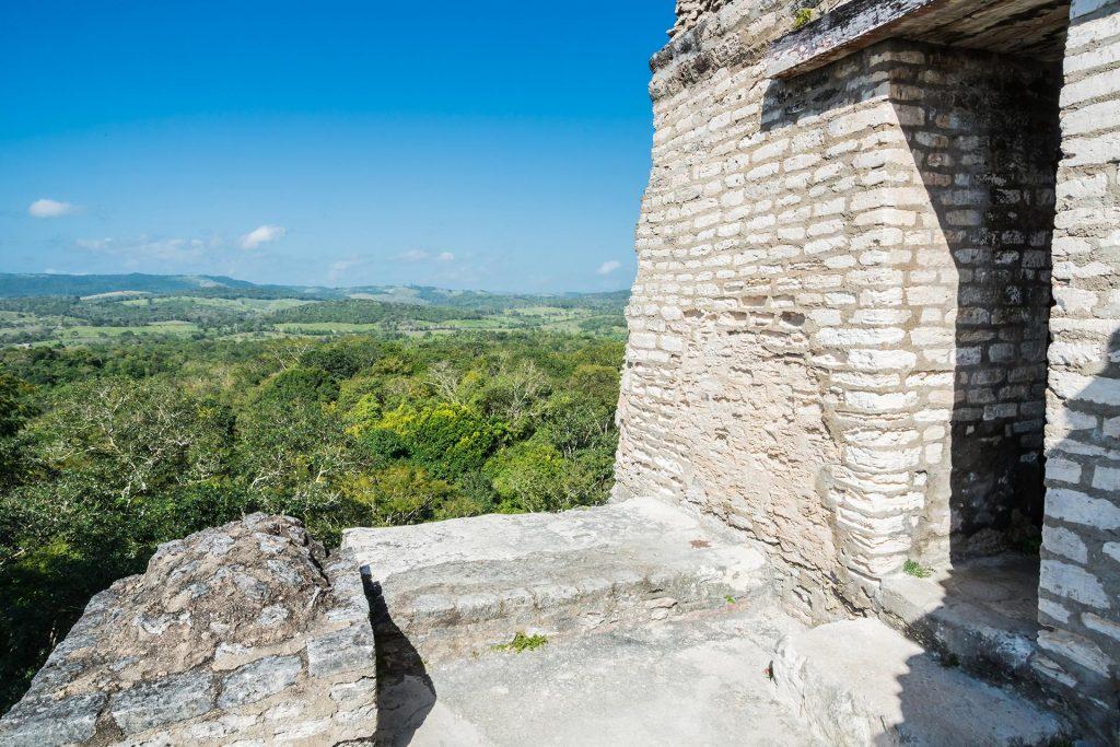 Auf dem Tempel El Castillo in Xunantunich