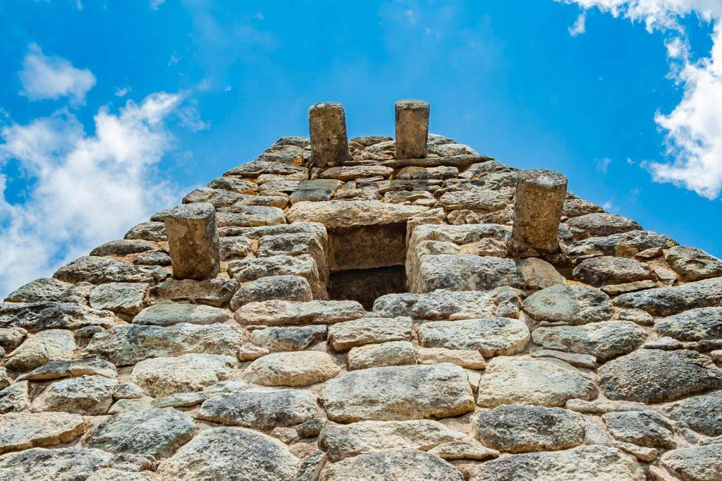 Steinstümpfe an einem Haus in Machu Picchu