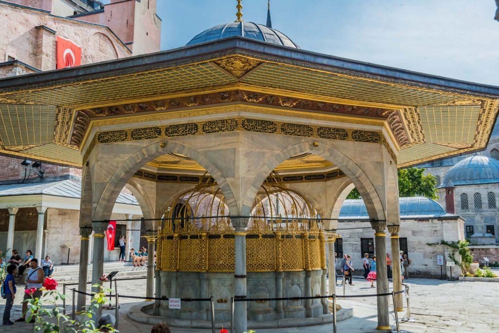 Moscheebrunnen vor der Hagia Sophia in Istanbul