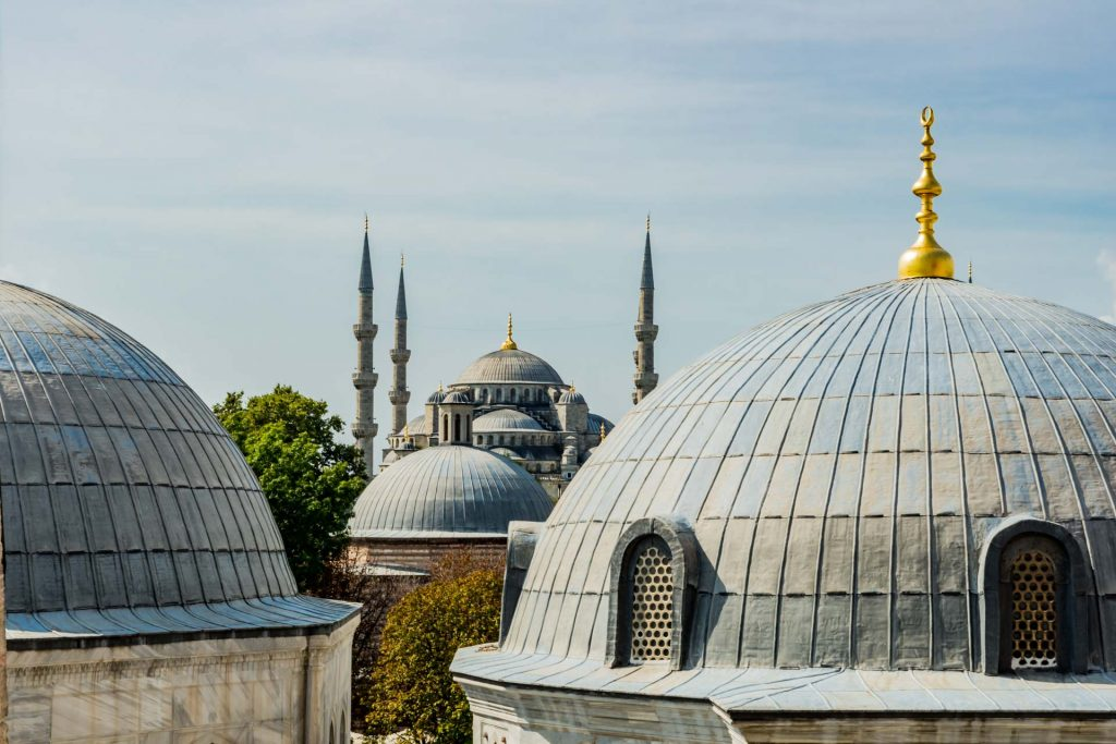 Blick auf die Kuppeln der Blauen Moschee in Istanbul