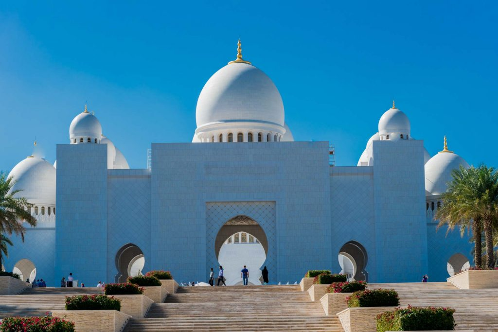 Hauptportal der Scheich-Zayid-Moschee in Abu Dhabi