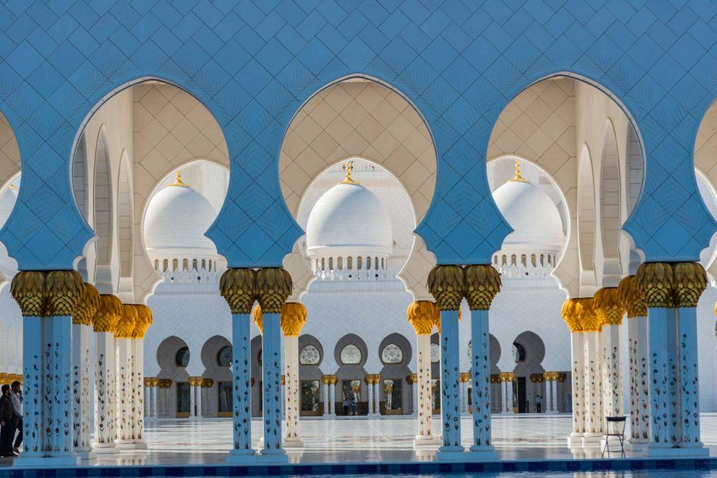 Bogengänge in der Scheich-Zayid-Moschee in Abu Dhabi