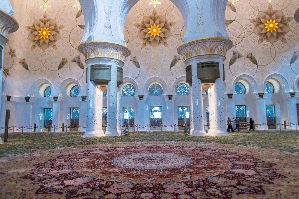 Großer Gebetssaal der Scheich-Zayid-Moschee in Abu Dhabi