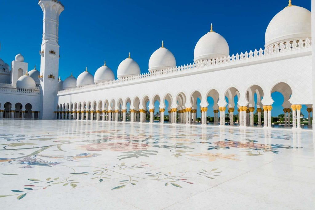 Innenhof der Scheich-Zayid-Moschee in Abu Dhabi