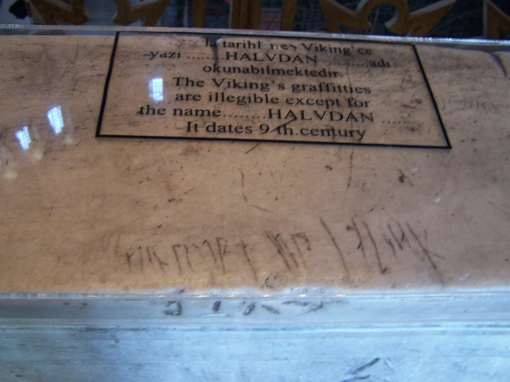 Wikinger-Runen auf der Empore